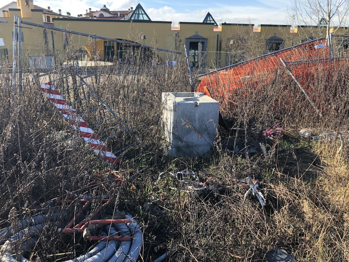 L'area di fronte alla Scuola dell'Infanzia lasciata nel degrado - FOTO -