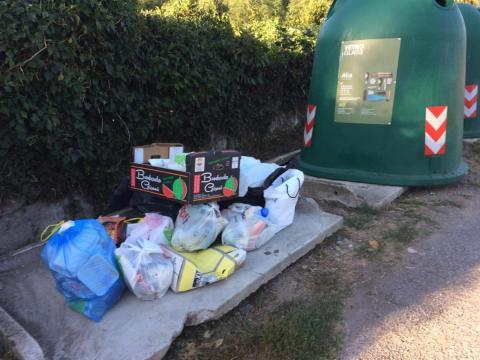 Ancora rifiuti fuori dai cassonetti. In località Ginestra continuano gli abbandoni.